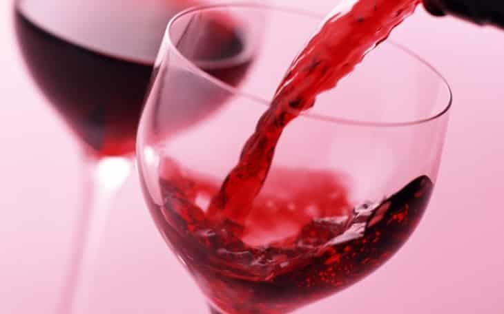 Як відіпрати червоне вино  перевірені способи й ефективні засоби ... 2960cfe5a0594