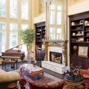 Вітальня з каміном в сучасній квартирою: фото дизайнів інтер'єрів