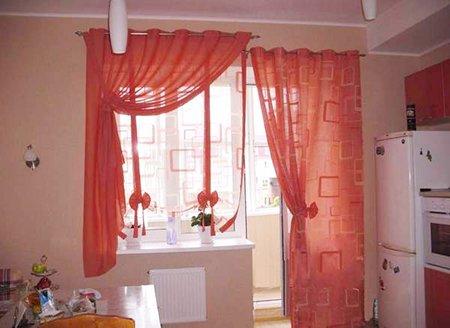 Кухонное окно с балконной дверью шторы фото