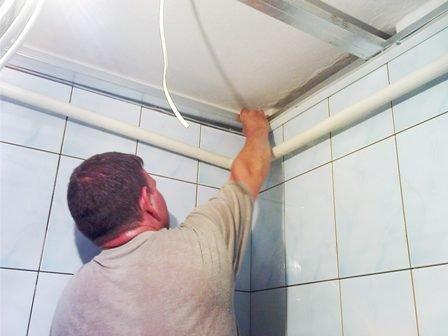 Подвесной потолок в ванну своими руками 20
