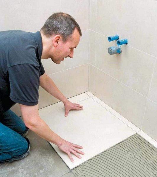 Как выложить плитку в ванной на полу своими руками