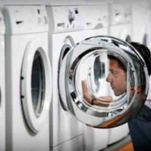 Тече пральна машина знизу: причина і що робити?