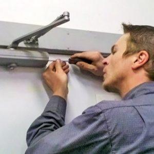 Як встановити і відрегулювати доводчик на двері – інструкція