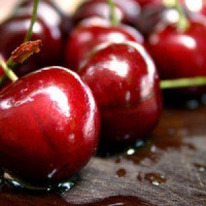 Опис середньопізнього сорту черешні Ревна: особливості плодів і дерева