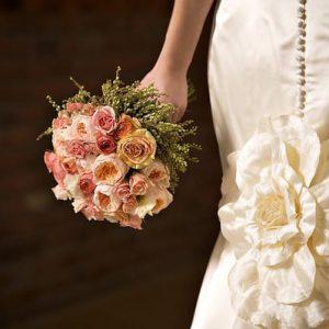 Букет з троянд червоного, білого кольору та інших відтінків