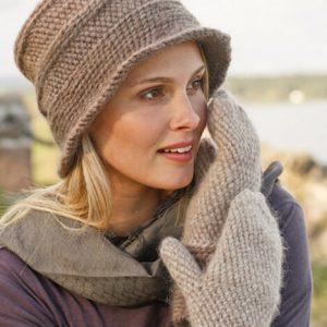 Жіноча шапка гачком на зиму: комплект шапочка-капелюшок і рукавички