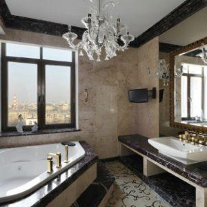 Дизайн великої ванної кімнати з вікном – фото варіантів