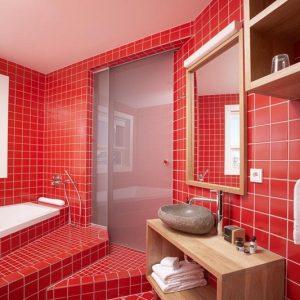 Червона ванна кімната: енергія та потужність в одному флаконі