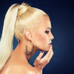 Зачіска хвіст — універсальне рішення для повсякденного і ошатної зачіски