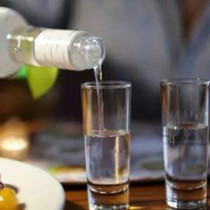 Як правильно пити горілку: чим краще запивати, а закушувати і чи можна вживати цей міцний напій так, щоб було безпечно, не огидно і навіть смачно