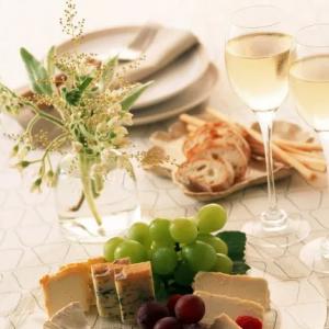 З чим п'ють вино: правила вживання червоного, білого, рожевого, ігристого і гранатового алкогольних напоїв